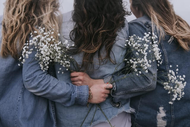 パーマヘア3人の女性