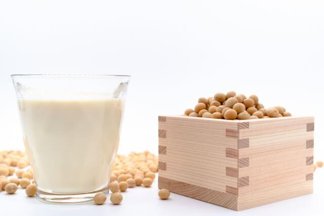 桝に入った大豆と豆乳