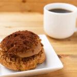 チョコレートシュークリームとコーヒー