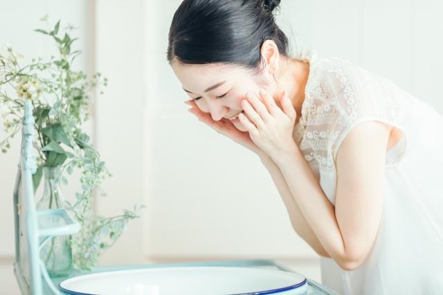 顔を洗って嬉しそうな女性