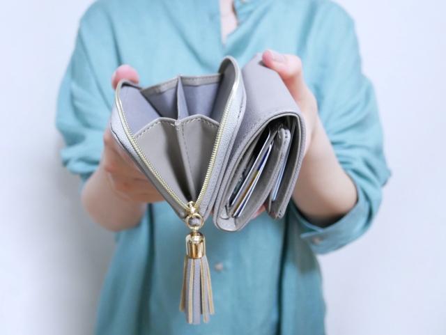 財布と女性