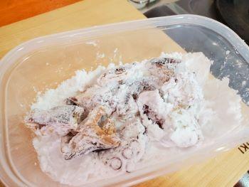 タコに片栗粉を付ける