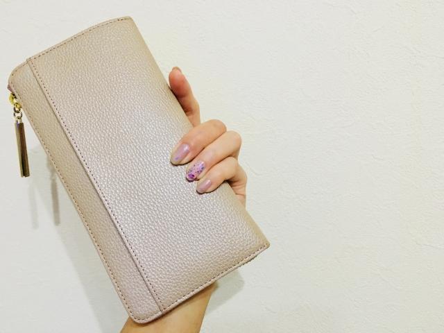 長財布と女性の手